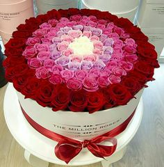A beautiful floral arrangement of roses in a hat box. Amazing Flowers, Beautiful Roses, My Flower, Fresh Flowers, Beautiful Flowers, Deco Floral, Arte Floral, Beautiful Flower Arrangements, Floral Arrangements