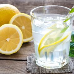 Glass of water with fresh lemon juice Weight Loss Juice, Weight Loss Water, Weight Loss Drinks, Weight Loss Smoothies, Best Weight Loss, Lose Weight, Diet Drinks, Healthy Drinks, Drinking Lemon Juice