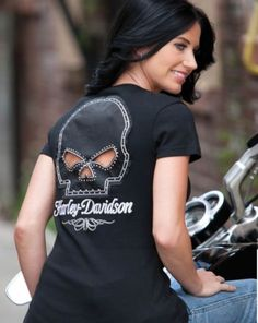 Womens Harley Davidson Skull Key Hole Shirt on Back.I usually hate stuff with skulls but this is REALLY cute. Harley Davidson Womens Clothing, Harley Davidson Kleidung, Motorcycle Style, Bike Style, Motorcycle Garage, Lady Biker, Biker Girl, Harley Gear, Bon Look