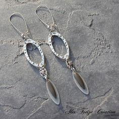 Bijou créateur - boucles d'oreilles dormeuses argentées intercalaires anneaux antiques breloques plumes et sequins émaillés taupe kaki