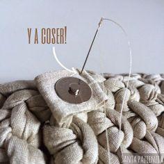 Santa Pazienzia: ¿Sabes poner un botón de imán en un bolso de trapillo? Tutorial foto a foto Bag Crochet, Crochet Purses, Love Crochet, Crochet Stitches, Crochet Patterns, Yarn Projects, Crochet Projects, Diy Purse Making, Crochet T Shirts