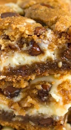 dessert bars These peanut butter chocolate chip cookie cheesecake bars are just as extreme as they sound. For true dessert lovers! Dessert Oreo, Dessert Bars, Dessert Food, Just Desserts, Delicious Desserts, Yummy Food, Chocolate Chip Cookie Cheesecake, Cheesecake Cookies, Chocolate Cake