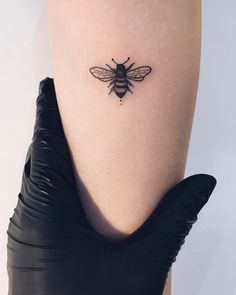 Imagem de Biene, black ink and bee tattoo - - . - Imagem de Biene, black ink and bee tattoo – – # Bee tattoo - Small Girl Tattoos, Little Tattoos, Mini Tattoos, Tattoo Girls, Body Art Tattoos, New Tattoos, Cool Tattoos, Tatoos, Tattoo Small