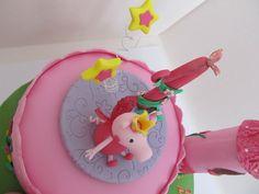 #Peppa Pig #topper per una #torta con #Peppa principessa fatina in #pastadizucchero ( #pdz ) con la tecnica del #cakedesign . #Fiori e #farfalle in #gumpaste e #ali in #gelatina