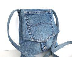Ein Eco-fiendly, funktionelle und geräumige Tasche, alles zu halten, die Sie lieben. Diese Tasche in Blautönen aus mehrere Stücke Jeans Hose gebaut. Unebenes Gelände zig - Zag aufnähen auf Nähte machen diese Tasche stärker und attraktiver. Rücken und Vorderseite der Tasche sind unterschiedlich. Es hat 2 Außentaschen auf der einen Seite, und einen sehr kleinen auf der anderen Seite. Es ist komplett gefüttert und hat eine kleine Innentasche für Ihr Handy und einem tiefen gezippt…