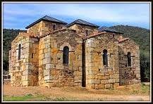 La ermita visigótica de Santa María del Trampal situada en un paraje bellísimo en el mismo centro de Extremadura.