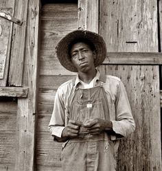 Tenant farmer in Chatham County, North Carolina. Farm Security Administration photograph by Dorothea Lange, 1939 Old Pictures, Old Photos, Vintage Photographs, Vintage Photos, Vintage Posters, Dorothea Lange Photography, August Sander, Dust Bowl, Farmhouse