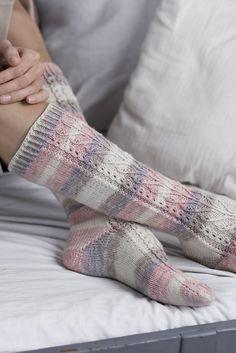 Lyyli-polvisukat Crochet Socks, Knitting Socks, Hand Knitting, Knit Crochet, Knitting Patterns Free, Knit Patterns, Free Pattern, Warm Socks, Diy Clothing