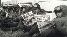 """Soldados del ejército argentino leen los periódicos en Puerto Argentino.Los ingleses ya habían lanzado la """"Operación Corporate"""" para recuperar las islas(AP)"""