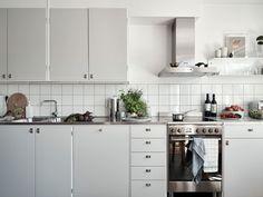 3 rum och kök på Haråsgatan 21 - Lägenhet | Kvarteret Mäkleri i Göteborg Kitchen Dining, Kitchen Decor, Kitchen Cabinets, Stainless Steel Kitchen, Updated Kitchen, Simple House, Home Decor Styles, Home Kitchens, Interior Design