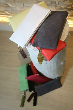 Modello #Pochette con #bracciale gioiello detachable. I bracciali gioiello sono realizzati a mano da un esperta artigiana.  #bags #jewls