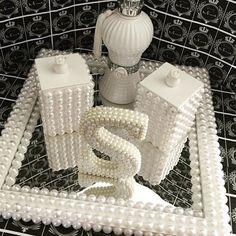Só para quem ama Pérolas!!! Olha que lindo potinhos a letra e a bandeja espelhada, estou apaixonada por esse kit!! Encontre aqui seus materiais ==> www.palaciodaarte.com.br #perola #artesanato #feitoamao #palaciodaarte #amoartesanato