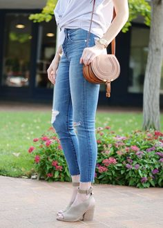 Ever wondered what shoes to wear with cropped jeans? I have you covered in this long post with all the options plus easy dos and don'ts with example photos. Cropped Jeans Outfit, Cropped Skinny Jeans, Crop Jeans, Jeans Pants, Cropped Pants, Ankle Boots With Jeans, Shoes With Jeans, Summer Outfits, Casual Outfits