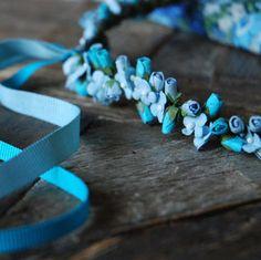Couronne de fleurs bleue et rubans by Un samedi...