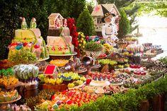 Mesa do bolo decorada com muitos doces de João e Maria para uma festinha criativa - Foto Ricardo Gomes