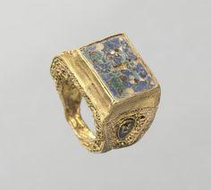 Ring, 800s Byzantium, 9th century gold, filigree and cloisonné enamel,