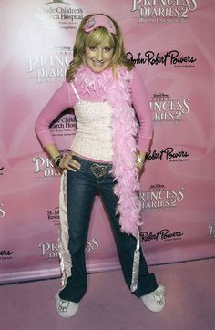 The time she brought some glamour shots–realness to the DVD release party of The Princess Diaries 17 Times Ashley Tisdale Had Some Very Early Fashion Moments 2000s Fashion Trends, Early 2000s Fashion, 90s Fashion, Fashion Brands, Japan Fashion, Runway Fashion, Spring Fashion, Womens Fashion, Rosie The Riveter