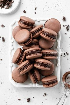These Dark Chocolate Macarons have a light crisp, outer layer with a chewy, chocolatey center that are filled with a dark chocolate fudge frosting. Chocolate Lovers, Chocolate Recipes, Just Desserts, Delicious Desserts, Mini Desserts, Dessert Recipes, Chocolate Fudge Frosting, Macarons Chocolate, Dark Chocolate Brownies