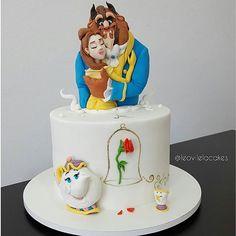 """Bolo de """"A Bela e a fera"""" pronto pra mostrar a vocês!. Totalmente comestível, o bolo foi encomendado para a comemoração do aniversário da @alenarchii . O pedido foi um bolo delicado e clean. Vocês gostam do resultado?. #cakedesign #cakedisney #beautyandthebeast #belaeafera #belle #princess #leovilela #confeitaria #bolo #disney #modeling"""