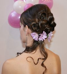 Félig feltűzött göndör fürtös frizura virágokkal Crown, Corona, Crowns, Crown Royal Bags