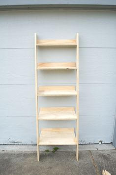 Come see how you can build your own wooden ladder shelf Leaning Ladder Shelf, Ladder Shelf Decor, Ladder Bookshelf, Diy Ladder, Wooden Ladder Decor, Bathroom Ladder Shelf, Bathroom Beadboard, Diy Interior, Interior Design