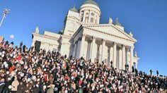 Yli tuhat laulajaa kokoontui tiistaina kunnioittamaan säveltäjä Jean Sibeliuksen 150-vuotisjuhlavuotta. Finlandia-hymni kajahti ilmoille Sibelius-Akatemian johdolla.