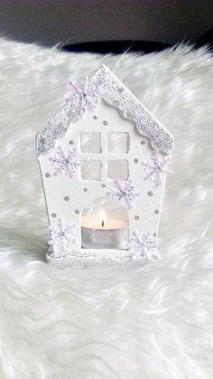 Vánoční+svícen+domeček+*+dekorativný+svícen+-+domeček+je+vyrobený+z+keramiky,+dekorovaný+vločkami,+třpytivými+kamínky,+je+postříbřený+a+zalakovaný+*+*+velikost+svícínku+na+čajovou+svíčku+je+11+x+8+x+5+cm+*+*+světlo+svíček+navodítu+správnou+vánoční+náladu+*