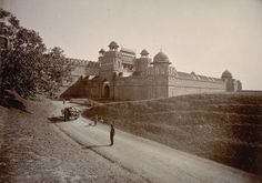 Red Fort - Delhi, 1895 [[MORE]] Photograph of the Delhi Gate at the Red Fort in Delhi.The Delhi gate is one of two main entrances to the Lal Qila or Red Fort, the palace citadel built in the by. Rare Images, Rare Photos, Old Photos, Vintage Photos, Delhi India, Ports In India, Delhi Red Fort, Mega Series, Vintage India