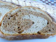 Tento kváskový chleba je lehký, pružný, ale hlavně hodně přitahuje oko. Chutná jako každý jiný klasický kmíňák.  Suroviny: 30g žitného kvásku 360 g (ml) vody 2 lžičky drceného kmínu 2 lžičky oleje 2-2,5 lžičky soli 100 g žitné chlebové mouky 200 g pšeničné chlebové mouky 300 g hladké mouky asi půl lžičky kuléru …
