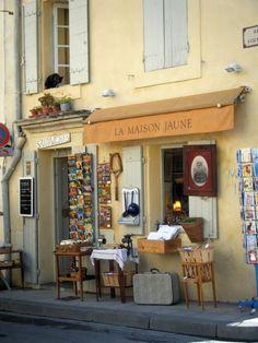 La Maison Jaune à Arles   brocante et salon de thé, place des Arènes