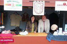 Kürschnermeister Uwe Hinz mit Frau auf dem Alten Markt in Stralsund am Tag des Handwerks