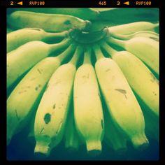 Receita de Biomassa de banana verde: Ingredientes 6 bananas nanicas. Modo de preparo Lave as bananas verdes com água e sabão coloque-às em uma panela de pressão com água fervente (água até cobrir tds as bananas). Após pegar pressão marque 8 minutos desligue o fogo e Deixe a pressão sair sozinha. Assim que sair td pressão da panela retire as bananas uma por vez tire a casca com cuidado pois estará muito quente coloque as bananas em um processador ou em um liquidificador para bater. E…