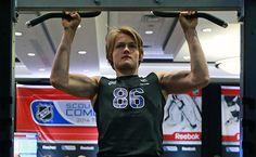 william nylander - Google-haku William Nylander, Hockey Boards, Pumping Iron, Toronto Maple Leafs, Hockey Players, Prince Charming, Division, Nhl, Workout