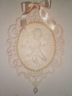 Anjinho protetor. <br>Placa de MDF (18x13) cm) com recortes a laser pintado e decorado com fita de cetim,pérolas e aplique de anjo em resina. <br> <br>Para enfeitar o berço do bebê,puxadores,janelas, mesas de Batismo ou onde mais desejar.