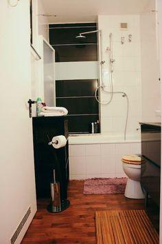 Great Schwarz wei es Badeszimmer mit braunem Holzfu boden und gro er Badewanne in Bonn Badezimmer schwarz