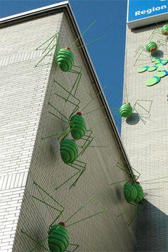 Blattläuse  Stahl, Polyester  Installation am Haus der Region, Hannover 2008