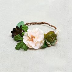 Planning a rustic wedding for a boho bride? A DIY flower crown is a must have! Watch this video and learn how to make a flower crown with silk flowers and fau