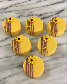 **SUNFLOWER OREOS** A second design for the sunflower party this weekend. Chocolate covered Oreos, chocolate drizzle with some gold sprinkles and a mini fondant flower🌻🌻🌻* - Sunflower Birthday Parties, Sunflower Party, Sunflower Baby Showers, Sunflower Cakes, Chocolate Covered Treats, Chocolate Drizzle, Chocolate Covered Strawberries, Chocolate Art, Chocolate Cupcakes