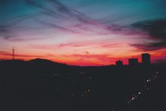 sky, city, and sunset image Pretty Sky, Beautiful Sky, Sky Full Of Stars, Sunset Lover, Sky Aesthetic, Sky High, Aesthetic Wallpapers, Places To Go, Scenery