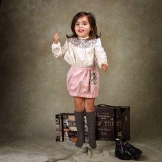 ¡Pero cómo se lo pasan! Look niña con falda en espiga rosa y blusa en plumeti crudo con canesú con estampado de pájaros #kids #corazondeleonkids #falda #moda #madeinSpain #AW15-15 #espiga #rosa #blusa #plumeti #pájaros #bird #crudo #look #niña