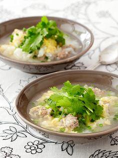 パクチーの根のみじん切りを入れた肉だんごでスープをとり、さらにパクチーの葉をたっぷりとあしらった、まさにパクチーを丸ごといただく雑炊。タイ料理では、根をつぶして調味料として使うことも多い。ほっこりと温まる、寒い季節ならではのパクチーメニュー。|『ELLE a table』はおしゃれで簡単なレシピが満載!