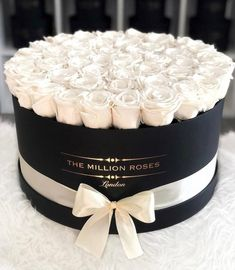 Preserved roses in hat box. Gift ideas for mum. Gift ideas for her. #giftideas #giftideasforher Beautiful Rose Flowers, Beautiful Flower Arrangements, Floral Arrangements, Beautiful Flowers, Flower Box Gift, Flower Boxes, Million Roses, Gift Sets For Her, Preserved Roses