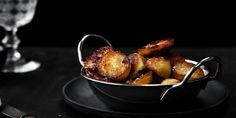 Disse kartofler passer perfekt til en klassisk engelsk oksesteg eller en ovnstegt kylling, og i modsætning til pommes frites er de svære at ødelægge. De skal være på størrelse med en kvart stor bagekartoffel, så får de en sej og sprød skorpe og er stadig bløde og lækre indeni. Er de for små, bliver de til helt sprøde gnallinger.