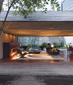 By keeping the front and back gardens at the same elevation as the living area, Kogan created one giant living space. A large overhang me...