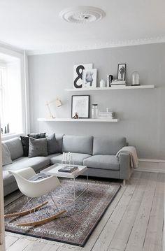 グレーカラーをお部屋のインテリアに加えると、白黒とはまた違った雰囲気を楽しむことができます。白黒だと、どうしても緊張感を伴うシックカラーですが、グレーカラーのやわらかなモノトーンは落ち着きと安らぎをもたらすイメージが出ます。また、幅広いカラーと相性がいいので「迷ったらグレー」にしておけば無難…という便利カラーでもあります。