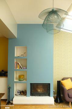 Espaces à Rêver est intervenu dans le cadre d'une rénovation (aujourd'hui terminée) d'une maison sur 3 étages à Saint-Ouen pour imaginer la palette de couleurs des murs, sélectionner des revêtements muraux, ainsi que pour le choix des matériaux (murs et sols) et du mobilier des 2 salles de bain. Le résultat : une maison métamorphosée dont les volumes et les espaces ont été sublimés par des couleurs gaies et des revêtements muraux osés ! Rénovation de la maison : Carole Lachot, arc...