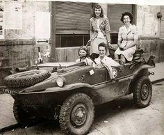 3 members of the American Red Cross in a 'stolen' Schimmwagen. The Americans took it when the Germans left it behind. 3 membres de la Croix-Rouge américaine dans un «volé» Schwimmwagen.  quand les Allemands ont quitté laFrance.