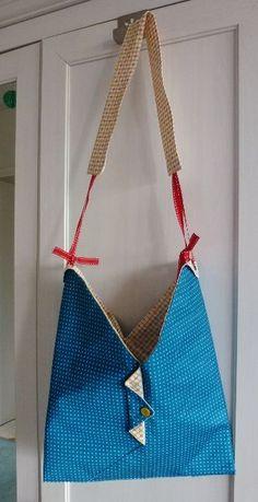 Moi j'aime bien les origamis, pas vous ? Alors pourquoi pas tester sur du tissu pour en faire une grue un sac ? Bon en fait pour les puristes, je vais vous décevoir car il ne faut pas partir …