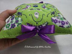 Mini almofadinha em feltro vazado by Litta Santos