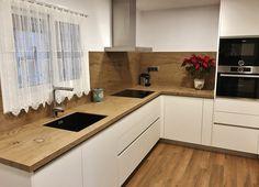 Reforma de cocina de diseño. Encima de neolith efecto madera. Mueble blanco sin tiradores.